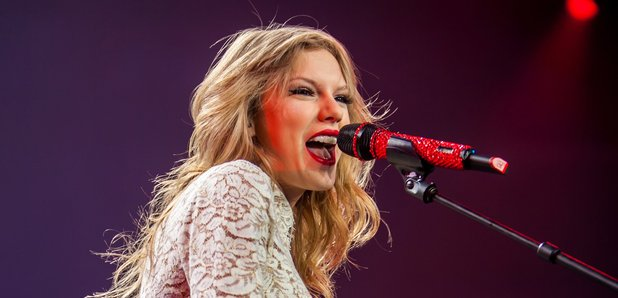 Taylor Swift perfomrs on RED Tour